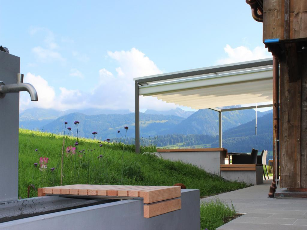 Moderner Sonnenstoren In Der Schweiz Kontraste Aus Alt Und Neu