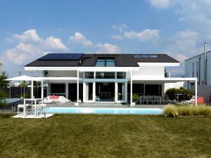 Hier wurden zwei Anlagen so hinzugefügt, dass alle drei eine Einheit ergeben: Sonnensegel mit System.