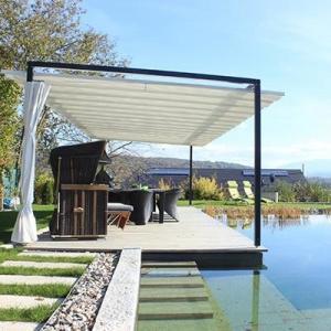 Das VELUSOL 80 ist ein Sonnensegel, das es zusammen mit einer Terrasse installiert wurde. Beides vom selben Hersteller nach Maß.