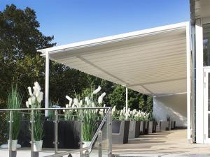 Die Dekoration der Terrasse lädt zum Verweilen ein. Die Tanzschule Gutmann bietet ihren Schülern Schatten unterm Sonnensegel an.