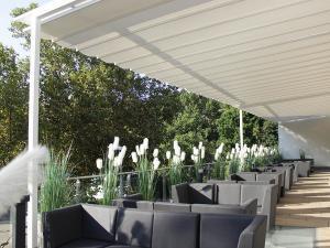 Das Ballhaus Freiburg der Tanzschule Gutamann hate eine große Terrasse mit Sonnensegel.