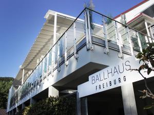 Das Sonnensegel der Tanzschule Gutmann ist sehr gross. Die Flaeche hat ein Mass von ueber 120 Quadratmeter!
