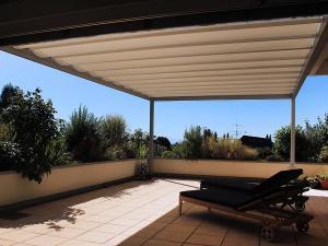 Das Sonnensegel bietet Sonnenschutz und Schatten.