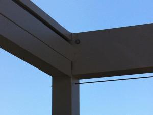 Hier ist der Pfosten des Sonnensegels zu sehen. Im Gestell ist eine Klappe als Regenrinne angebracht.