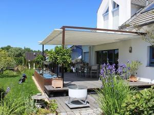 Zum Garten hin gibt es eine schöne Terrasse mit Sonnensegel.