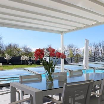 Das Sonnensegel erlaubt es gemütlich auf den Gartenmöbeln zu sitzen und aus dem Schatten den Pool zu betrachten.
