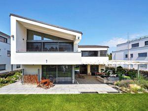 Dieses Haus mit Garten verfügt über eine Smart Home Steuerung für das Sonnensegel.