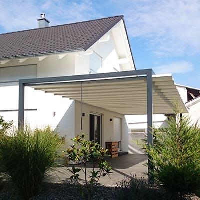 Ein Sonnensegel Velusol 110 für große Terrassen. Das Gestell ist in grau anthrazit.
