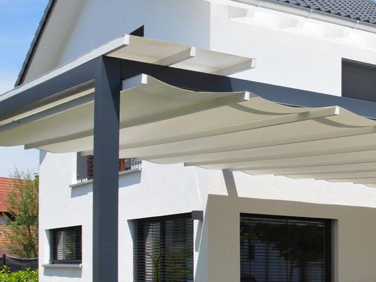 Ob groß oder klein - das Sonnensegel von Terrassen kann immer unter einem Schutzdach zusammengeschoben werden