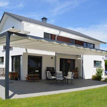 Das Sonnensegel bietet aufgrund seiner Spannweite einen Sonnenschutz für große Terrassen